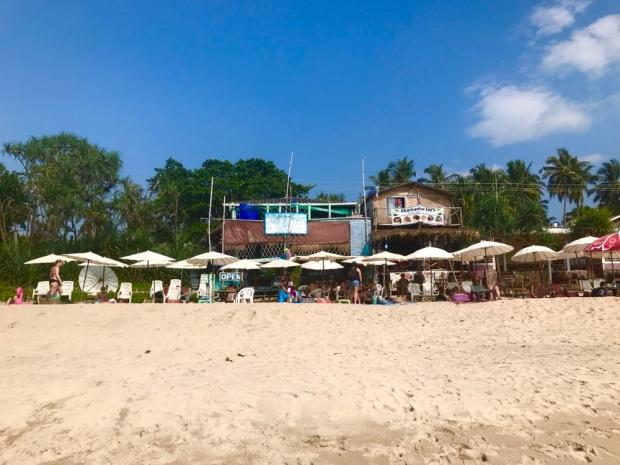 Restauranger och barer längd stranden